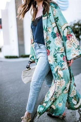 Как и с чем носить: зеленое пальто дастер с цветочным принтом, темно-синяя кружевная майка, голубые джинсы-бойфренды, черные кожаные туфли
