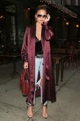 Как и с чем носить: темно-красное шелковое пальто дастер, черная шелковая майка, голубые рваные джинсы, прозрачные резиновые босоножки на каблуке