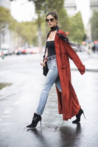 Как и с чем носить: красное пальто дастер, черная майка, голубые джинсы, черные замшевые ботильоны
