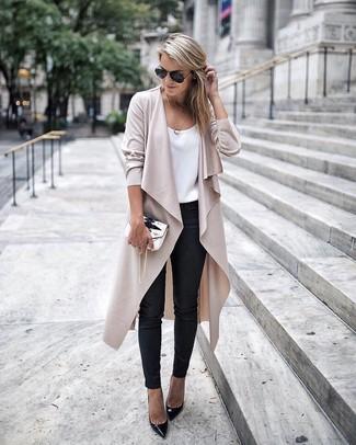 Как и с чем носить: бежевое пальто дастер, белая шелковая майка, черные кожаные узкие брюки, черные кожаные туфли