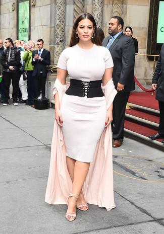 Как и с чем носить: розовое пальто дастер, белое вязаное облегающее платье, розовые замшевые босоножки на каблуке, черный пояс на резинке