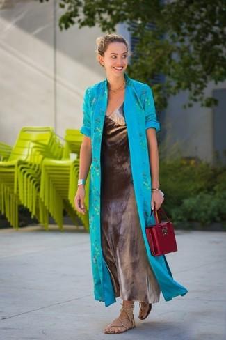 Модный лук: бирюзовое пальто дастер, серебряное платье-макси, бежевые кожаные гладиаторы, темно-красная кожаная сумка-саквояж