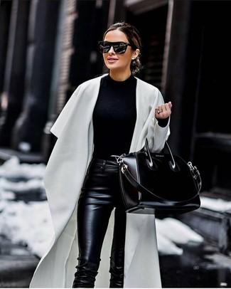 Как и с чем носить: белое пальто дастер, черный свитер с круглым вырезом, черные кожаные узкие брюки, черная кожаная большая сумка