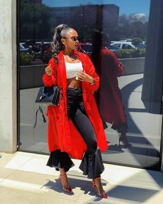 Белый укороченный топ: с чем носить и как сочетать: Белый укороченный топ и черные джинсы-клеш — прекрасный лук, если ты хочешь создать непринужденный, но в то же время стильный ансамбль. В сочетании с этим образом наиболее выигрышно будут выглядеть красные кожаные туфли.
