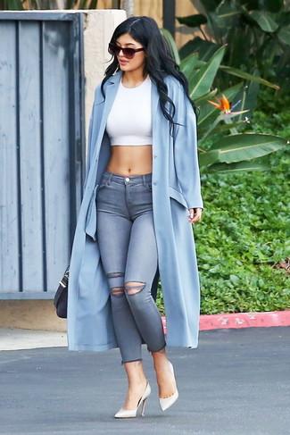 Как и с чем носить: голубое пальто дастер, белый укороченный топ, серые рваные джинсы скинни, белые кожаные туфли