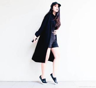 Если ты ценишь удобство и практичность, тебе понравится сочетание черного пальто дастер и черных шорт. Черные кожаные слипоны добавят образу эффектности.