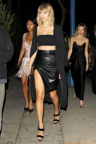 Как и с чем носить: черное пальто дастер, черный укороченный топ, черная кожаная юбка-карандаш с разрезом, черные кожаные босоножки на каблуке