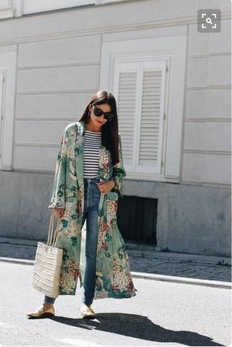 Как и с чем носить: зеленое пальто дастер с цветочным принтом, бело-темно-синяя футболка с длинным рукавом в горизонтальную полоску, синие джинсы, золотые кожаные лоферы