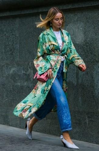 Как и с чем носить: зеленое пальто дастер с цветочным принтом, белая футболка с круглым вырезом с принтом, синие джинсы-бойфренды, голубые кожаные туфли