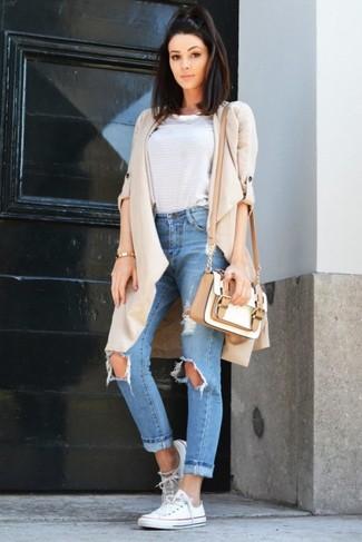 Голубые рваные джинсы-бойфренды: с чем носить и как сочетать: Если у тебя наметился насыщенный день, сочетание бежевого пальто дастер и голубых рваных джинсов-бойфрендов позволит создать удобный лук в стиле кэжуал. В тандеме с этим луком наиболее выигрышно будут смотреться белые низкие кеды из плотной ткани.
