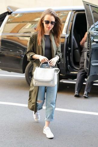 Как и с чем носить: оливковое пальто дастер, черная футболка с круглым вырезом, голубые рваные джинсы-бойфренды, белые низкие кеды
