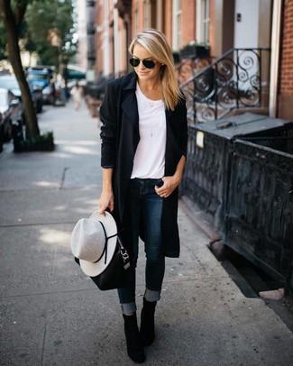 Как и с чем носить: черное пальто дастер, белая футболка с круглым вырезом, темно-синие джинсы скинни, черные замшевые ботильоны