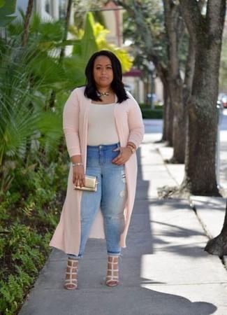 Голубые рваные джинсы скинни: с чем носить и как сочетать: Если день обещает быть сумасшедшим, сочетание розового пальто дастер и голубых рваных джинсов скинни позволит создать функциональный ансамбль в расслабленном стиле. Очень стильно здесь выглядят бежевые кожаные босоножки на каблуке.