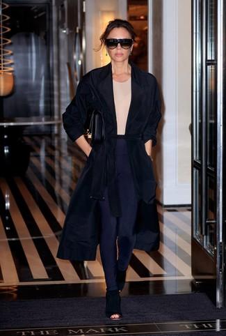 Как и с чем носить: черное пальто дастер, бежевая футболка с круглым вырезом, темно-синие леггинсы, черные замшевые ботильоны с вырезом