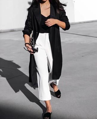 Как и с чем носить: черное пальто дастер, черная футболка с v-образным вырезом, белые брюки-кюлоты, черные замшевые сандалии на плоской подошве