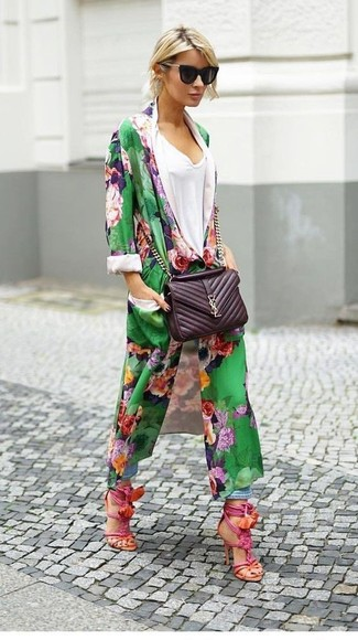 Как и с чем носить: зеленое пальто дастер с цветочным принтом, белая футболка с v-образным вырезом, голубые джинсы-бойфренды, ярко-розовые кожаные босоножки на каблуке