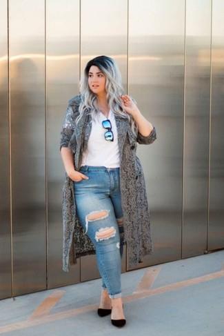 Как и с чем носить: серое кружевное пальто дастер, белая футболка с v-образным вырезом, синие рваные джинсы скинни, черные замшевые туфли