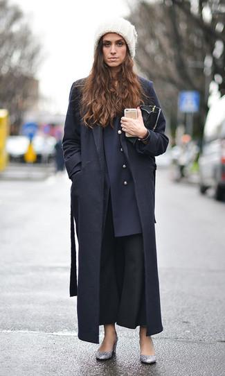 Как и с чем носить: черное пальто, темно-синий двубортный пиджак, черные брюки-клеш, серебряные туфли с пайетками