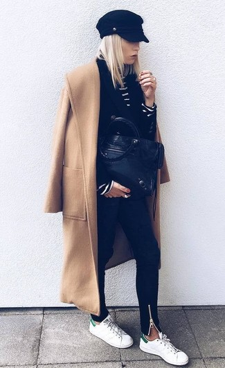 Как и с чем носить: светло-коричневое пальто, черный двубортный пиджак, черно-белая водолазка в горизонтальную полоску, черные джинсы скинни
