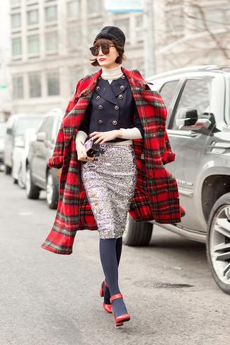 Как и с чем носить: красное пальто в шотландскую клетку, темно-синий двубортный пиджак, бежевая водолазка, серебряная юбка-карандаш с пайетками