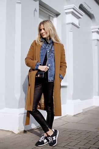Как и с чем носить: табачное пальто, синяя джинсовая куртка, черная водолазка, черные кожаные узкие брюки