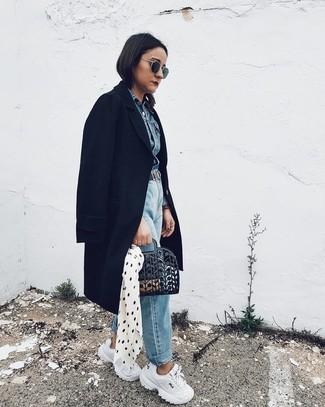 Как и с чем носить: черное пальто, синяя джинсовая куртка, голубые джинсы-бойфренды, белые кроссовки