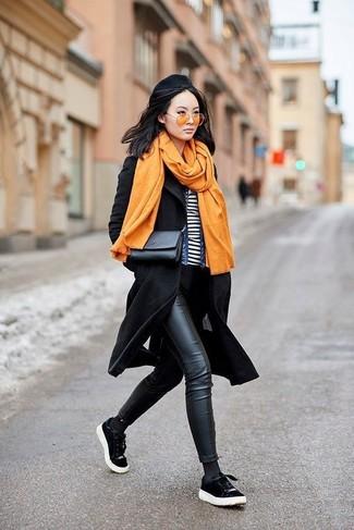 Как и с чем носить: черное пальто, синяя джинсовая куртка, бело-черная футболка с круглым вырезом в горизонтальную полоску, черные кожаные джинсы скинни