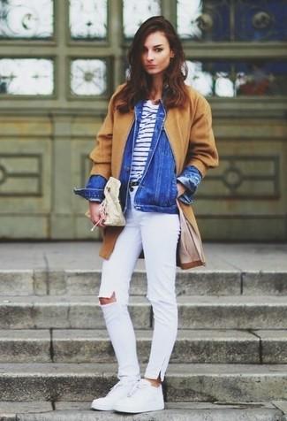 Как и с чем носить: светло-коричневое пальто, синяя джинсовая куртка, бело-темно-синяя футболка с круглым вырезом в горизонтальную полоску, белые рваные джинсы скинни