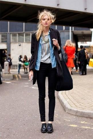 Как и с чем носить: черное пальто, синяя джинсовая рубашка, серая футболка с круглым вырезом с принтом, черные джинсы скинни