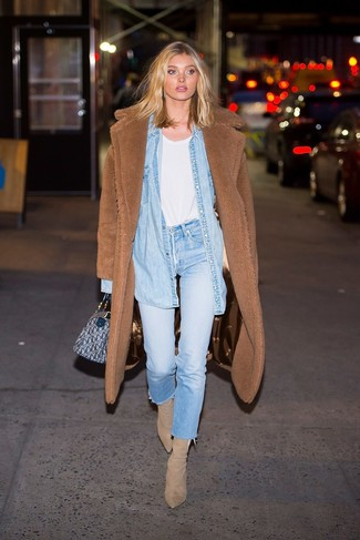 Как и с чем носить: коричневое флисовое пальто, голубая джинсовая рубашка, белая футболка с круглым вырезом, голубые джинсы