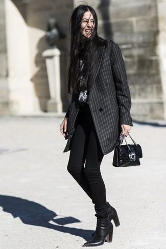 Как и с чем носить: темно-серое пальто в вертикальную полоску, черные джинсы скинни, черные кожаные ботильоны, черная кожаная сумка через плечо