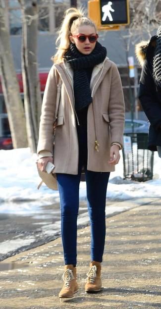 Как и с чем носить: светло-коричневое пальто, синие джинсы скинни, светло-коричневые замшевые ботинки на шнуровке, бежевая кожаная сумка через плечо
