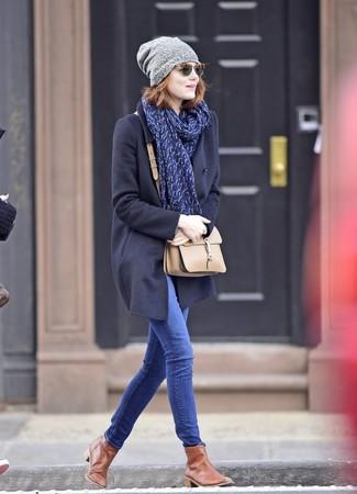 Как и с чем носить: темно-синее пальто, синие джинсы скинни, коричневые кожаные ботинки челси, бежевая кожаная сумка через плечо