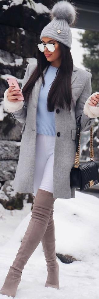 Дуэт серого пальто и черной кожаной стеганой сумки через плечо позволит создать утонченный и актуальный лук. бежевые замшевые ботфорты — отличный вариант, чтобы закончить ансамбль. Держи подобный лук про запас для межсезонной погоды.