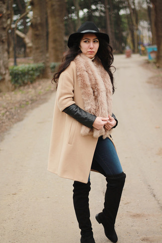 Модный лук: Светло-коричневое пальто, Темно-синие джинсы скинни, Черные замшевые ботфорты, Черная шерстяная шляпа