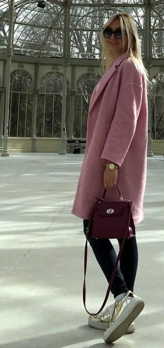 Как и с чем носить: розовое пальто, темно-синие джинсы скинни, золотые кожаные лоферы на платформе, пурпурная кожаная сумка через плечо
