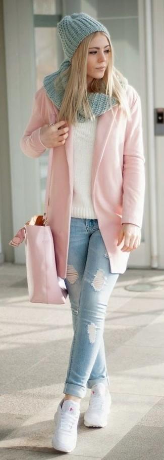 Как и с чем носить: розовое пальто, голубые рваные джинсы скинни, белые кожаные низкие кеды, розовая кожаная большая сумка
