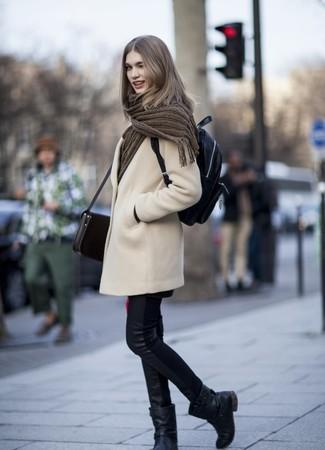 Как и с чем носить: бежевое пальто, черные кожаные джинсы скинни, черные кожаные полусапоги, черный кожаный рюкзак