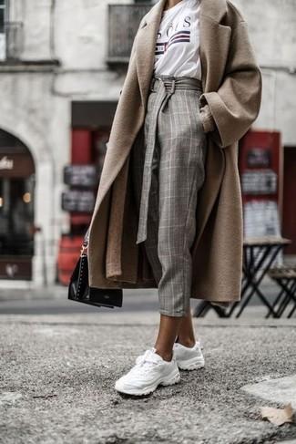 Как и с чем носить: светло-коричневое пальто, светло-коричневый длинный кардиган, белая футболка с круглым вырезом с принтом, серые брюки-галифе в клетку