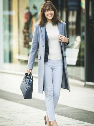 Как и с чем носить: серое пальто, темно-синий жилет, белая водолазка, голубые узкие брюки