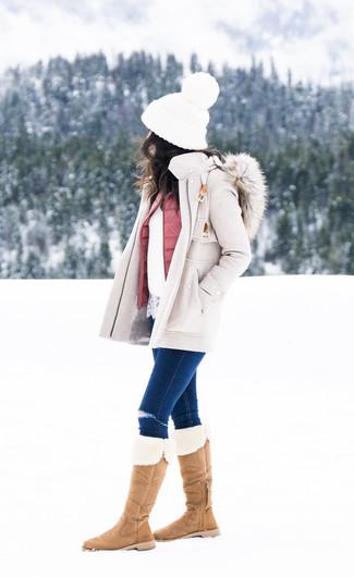 Как и с чем носить: бежевое пальто, розовый стеганый жилет, белый кружевной свитер с круглым вырезом, темно-синие рваные джинсы скинни