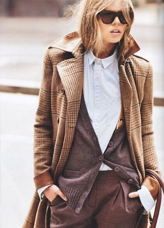 Модный лук: Светло-коричневое пальто в шотландскую клетку, Темно-коричневый кардиган, Голубая классическая рубашка, Коричневые классические брюки