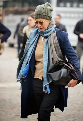 Как и с чем носить: темно-синее пальто, светло-коричневый кардиган, черные классические брюки, черная кожаная большая сумка
