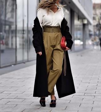 Как и с чем носить: черное пальто, белая шелковая классическая рубашка, оливковые брюки-галифе, черные кожаные туфли