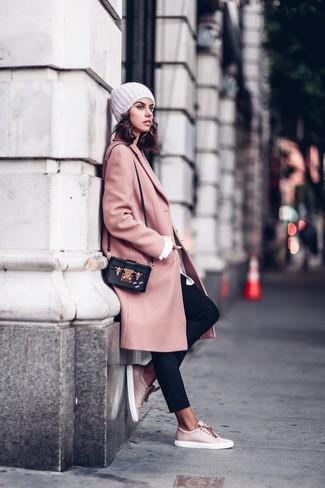 Как и с чем носить: розовое пальто, белая классическая рубашка, черные брюки-галифе, розовые кожаные низкие кеды