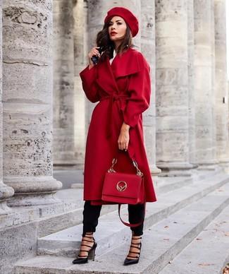 Как и с чем носить: красное пальто, белая классическая рубашка, черные брюки-галифе, черные кожаные туфли с вырезом