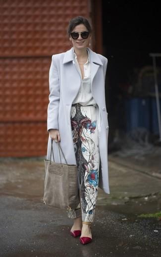 Как и с чем носить: серое пальто, белая шелковая классическая рубашка, белые брюки-галифе с принтом, темно-красные кожаные туфли