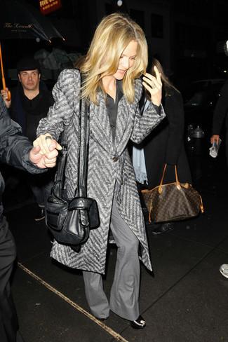 """Как и с чем носить: серое пальто с узором """"в ёлочку"""", черная шелковая классическая рубашка, серые брюки-клеш, черные кожаные босоножки на танкетке"""