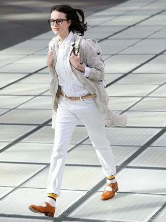 Как и с чем носить: серое льняное пальто, белая классическая рубашка, белые брюки чинос, светло-коричневые кожаные броги