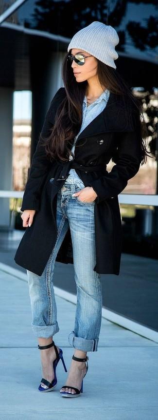 Как и с чем носить: черное пальто, голубая классическая рубашка из шамбре, голубые джинсы-бойфренды, черные кожаные босоножки на каблуке